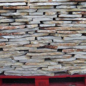 Szabálytalan sárgás színű kő változó 2 és 3 cm vastagságon belül. Alkalmas kültéren és beltéren egyaránt,változó fugamérettel. Jól beágyazva lábazatokon és bejárókon egyaránt alkalmas olcsó és szép megoldás kerti grillek kialakítása körül. 100 m2 vásárlása felett kedvezmény